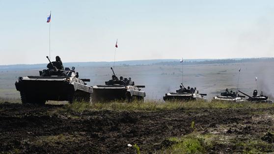 Une colonne de véhicules blindés russes (RIA Novosti – Pavel Lisitsyn)